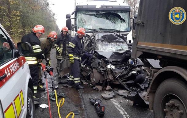 В Черкасской области грузовики раздавили авто, погибли два человека
