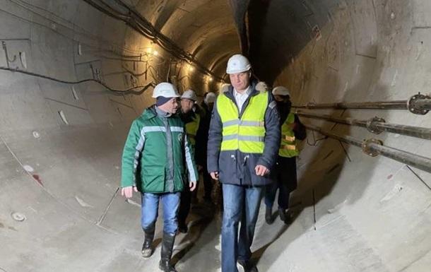 Кличко спустился в туннель между новыми станциями метро