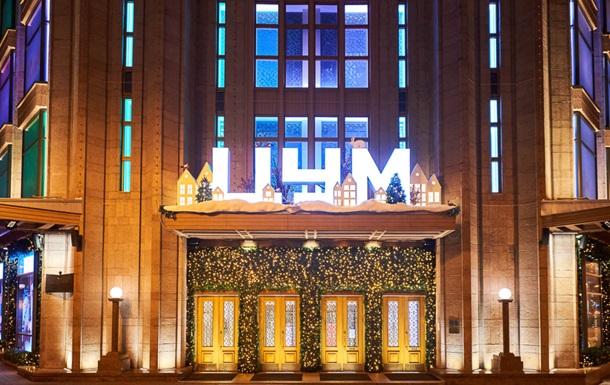 Киевский ЦУМ посвятил новогодние витрины фундаментальным ценностям