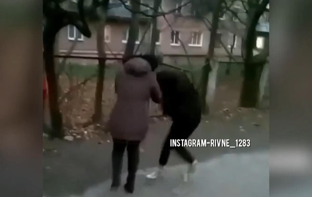 Добивала ногами: в Ровно школьницы устроили жесткую драку