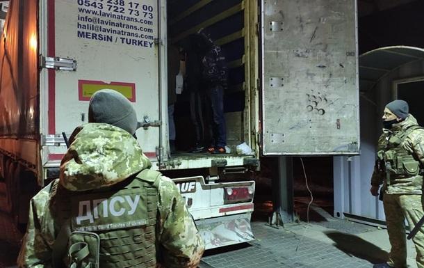 В порту под Одессой задержали 13 нелегальных мигрантов