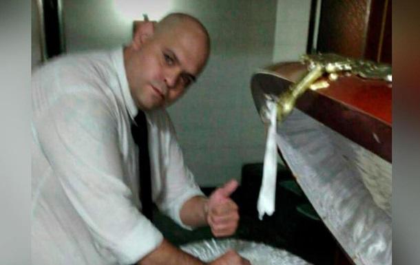 Работника похоронного бюро уволили за фото с телом Марадоны