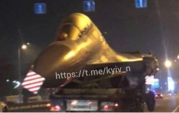 У Києві вночі на машині перевозили літак