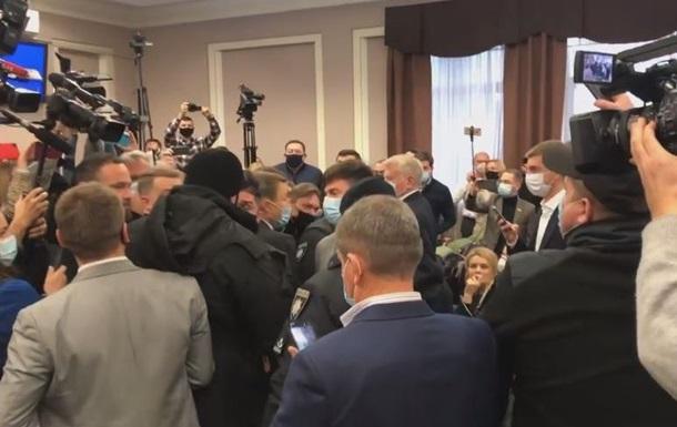 В Киевоблсовете потасовка из-за депутата с «ковид»