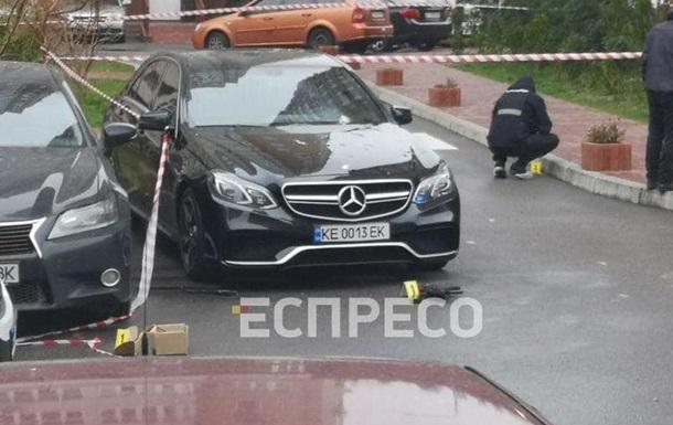 В Киеве из автомата обстреляли автомобиль