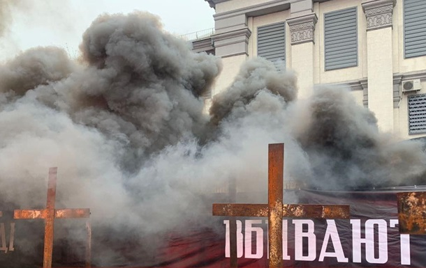 Нацкорпус жег файеры у посольства РФ в Киеве