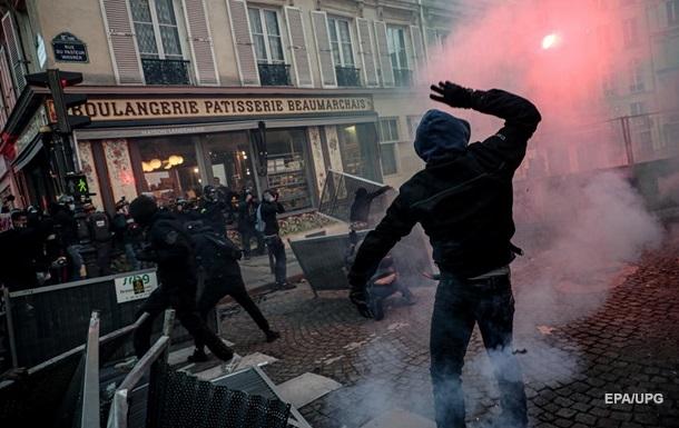 Во время протестов во Франции пострадали около 100 полицейских