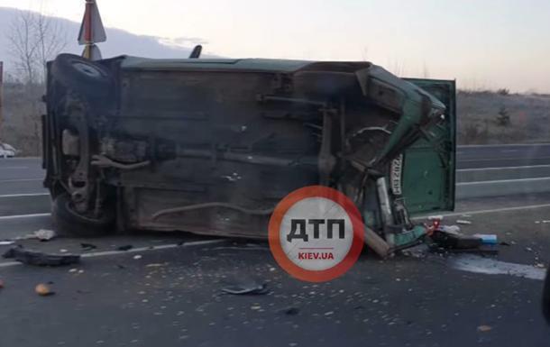 Под Киевом из-за гололеда перевернулся грузовик