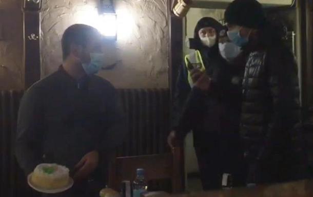 В Запорожье бросили торт в лицо активиста карантина