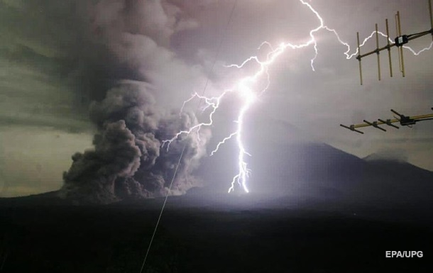 Извержение вулкана в Индонезии: эвакуированы более 4,5 тысяч человек