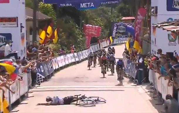 В Колумбии велогонщик победил, упав на финише