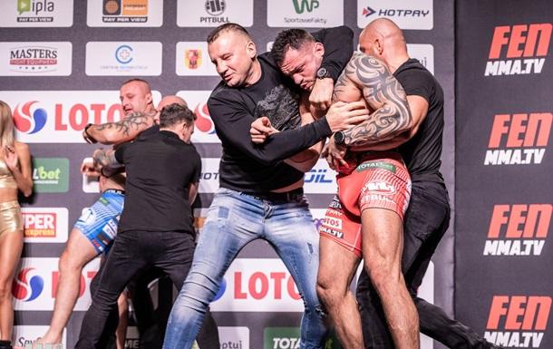 Бойцу MMA пытались надеть подгузник на дуэли взглядов