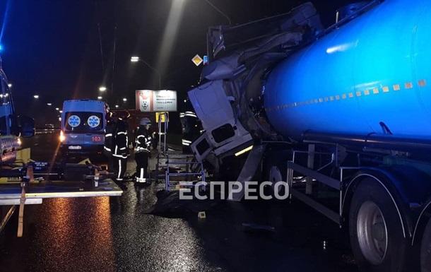 ДТП в Киеве: бензовоз врезался в фуру, есть жертвы