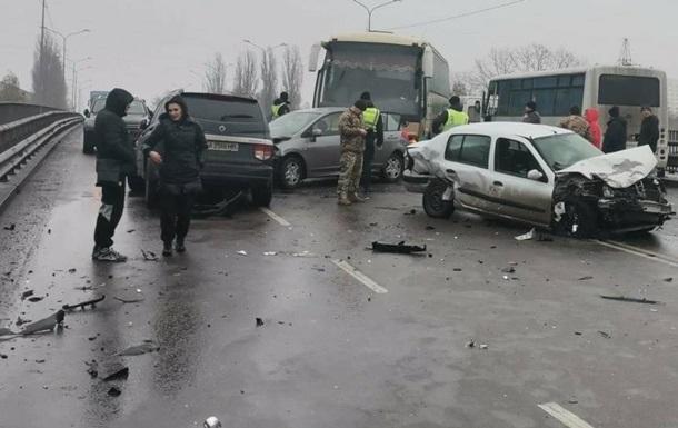 Под Киевом в ДТП пострадали девять авто