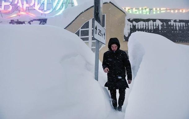 У Норильську випав сніг вище за зріст людини