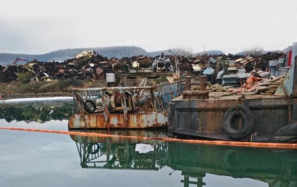 В Севастополе разлились нефтепродукты после утилизации корабля