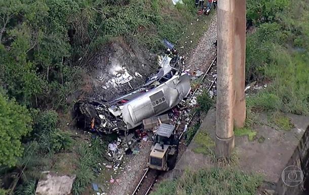 В Бразилии с эстакады упал автобус, 17 погибших