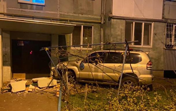 В Одесі п яний водій врізався в під їзд будинку
