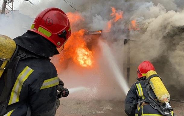 У Києві виникла пожежа в гаражному кооперативі