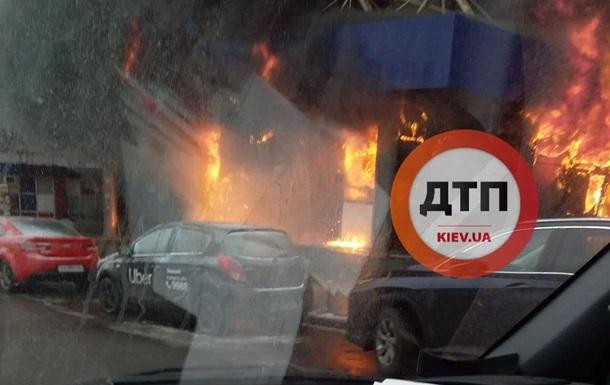 В центре Киева горит вход в гостиницу