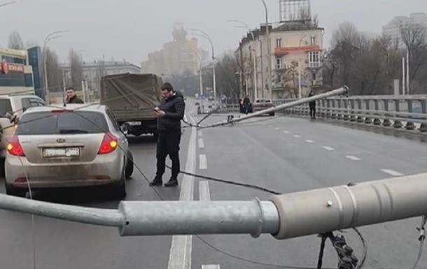 В Киеве на Шулявском мосту упали столбы освещения