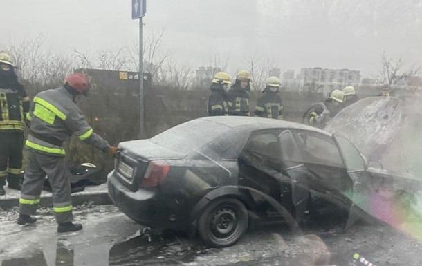 В Киеве на Дарницком мосту загорелось авто