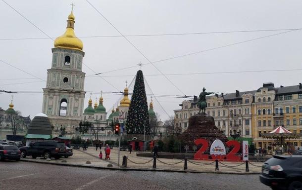 У Києві на головній ялинці змінили капелюх