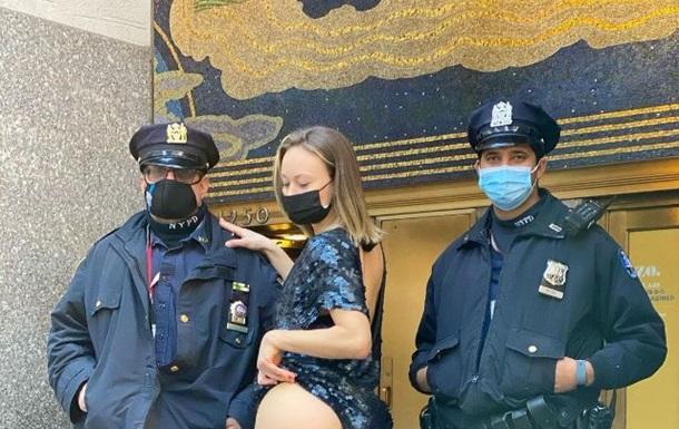 Девушка  подбодрила  полицейских, подняв платье