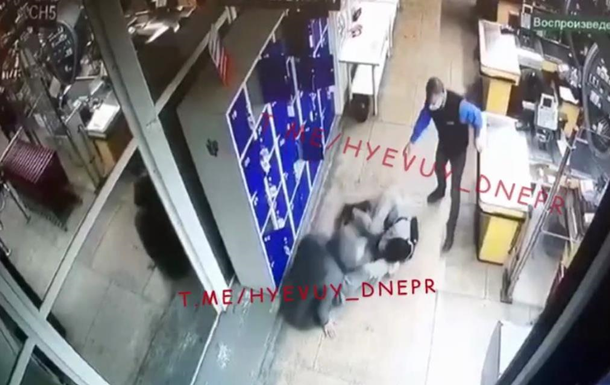 В Днепре избили парня в супермаркете. 18+