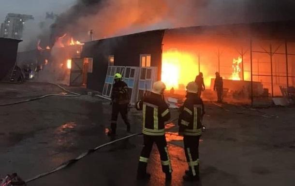 У Києві горять склади, задіяні десятки пожежників