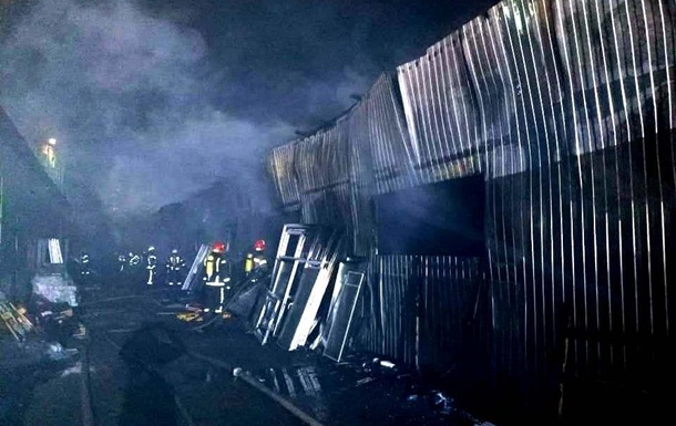 Масштабну пожежу на складах Києва загасили