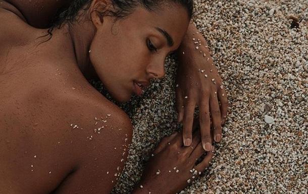 Тина Кунаки разделась на безлюдном пляже