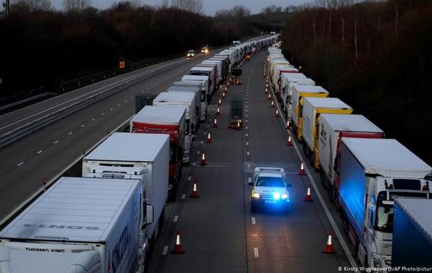Затори вантажівок навколо британського Дувра поступово розсмоктуються