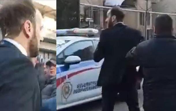 В Ереване протестующие забросали яйцами депутата