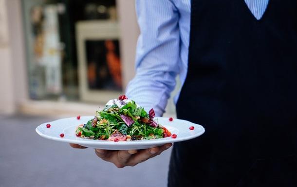 Эксперт сообщила, сколько времени можно хранить холодец и оливье