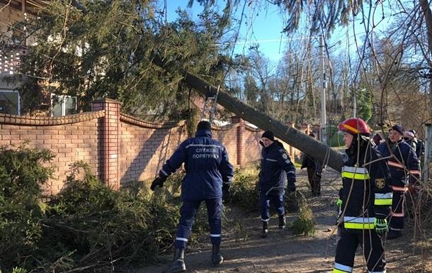 Негода знеструмила десятки населених пунктів на Прикарпатті