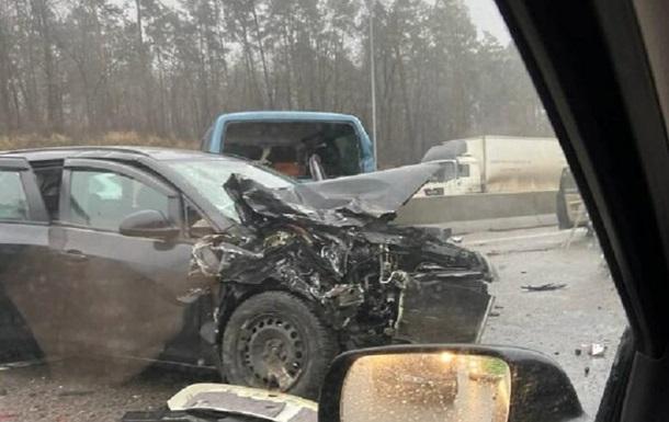 Під Києвом у ДТП постраждали сім автомобілів