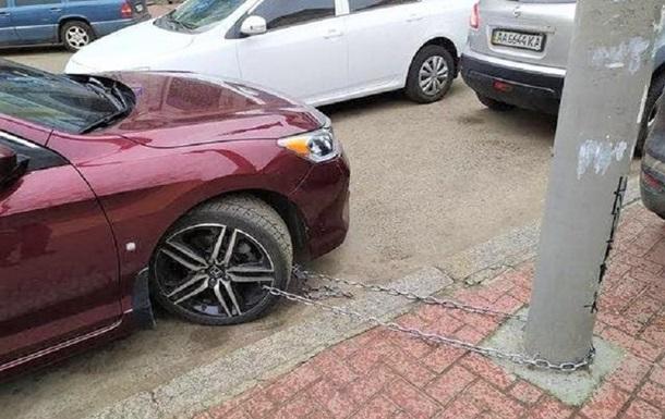 У Києві автомобіль прикували ланцюгом до стовпа