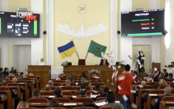 В Харькове парень стрелял долларами в депутатов