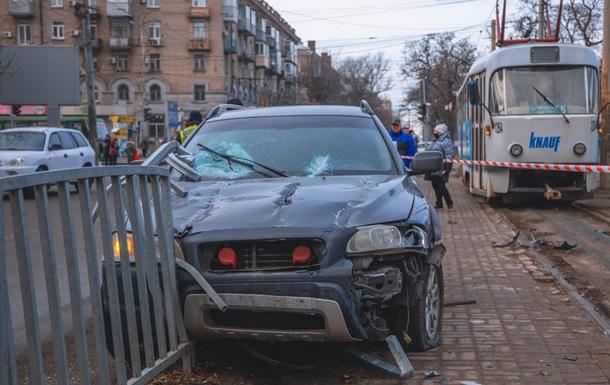 В Днепре авто снесло ограждение и сбило женщину