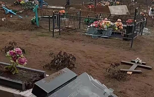 На Миколаївщині зруйнували сотню пам ятників на кладовищі