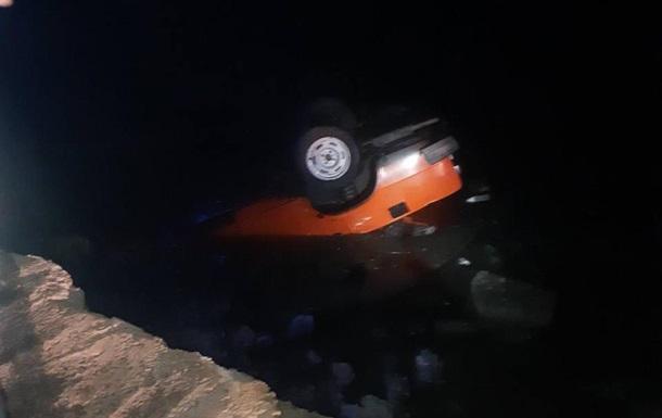 Під Дніпром у новорічну ніч авто з дитиною злетіло з мосту в річку