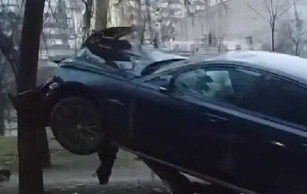 У Києві автомобіль Jaguar застряг на стовпі