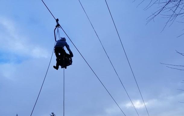 У Карпатах рятувальники знімають туристів з підйомника