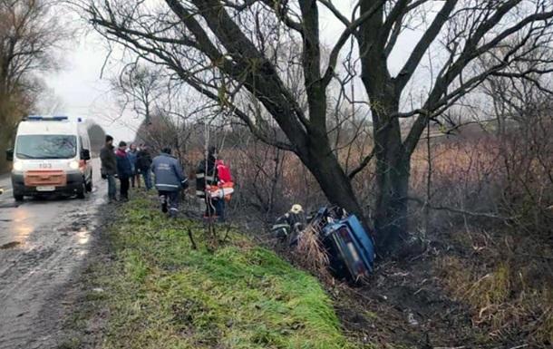 На Житомирщине авто слетело с дороги и врезалось в дерево, трое погибших