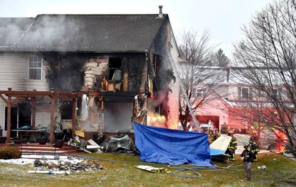 В США три человека погибли при падении самолета на жилой дом