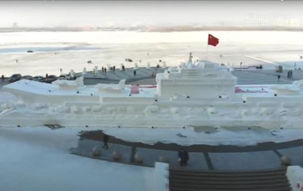 В Китае из снега слепили 50-метровый авианосец