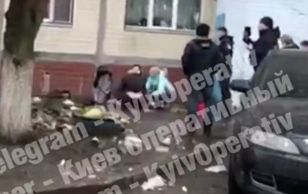 В Киеве женщина выбросила ребенка из окна. 18+