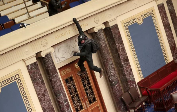 Силовики за допомогою сльозогінного газу зачистили будівлю Конгресу