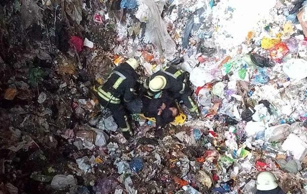 В Киеве мужчина провалился в глубокий бункер с мусором